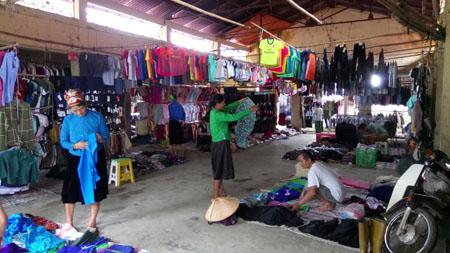 Người dân địa phương trao đổi mua bán tại chợ Lâm Thượng.