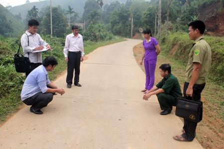Cán bộ xã Đào Thịnh kiểm tra chất lượng tuyến đường giao thông nông thôn tại thôn 5.