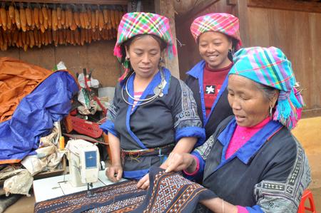 Việc thêu thùa, làm trang phục được phụ nữ Mông truyền dạy từ đời này qua đời khác.
