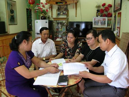 Cán bộ Ban Tuyên giáo Huyện ủy Văn Chấn và lãnh đạo thị trấn Nông trường Nghĩa Lộ nắm bắt việc triển khai Chỉ thị 05 tại tổ dân phố 4B.