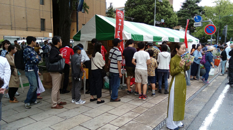 Xếp hàng mua sản phẩm và nhận khuyến mãi tại gian hàng thực phẩm đóng gói của Việt Nam