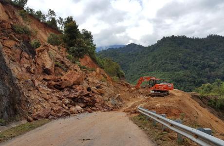 Ngành giao thông huy động máy súc san gạt bùn đất tại Km 15 + 900, tỉnh lộ 175.