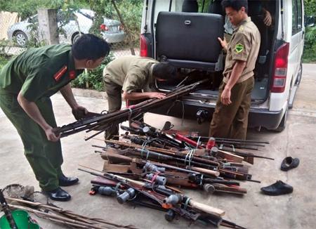 Lực lượng công an thu hồi vũ khí tự chế.