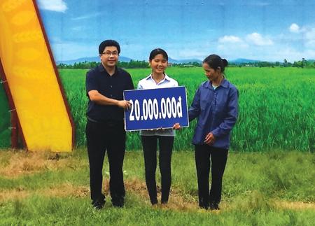 Đồng chí Nguyễn Thanh Xuân - Phó Chủ tịch Ủy ban MTTQ tỉnh trao tiền tài trợ cho mẹ con chị Nguyễn Thị Liên.