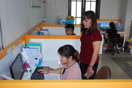 Lãnh đạo Bưu điện tỉnh kiểm tra hoạt động của các phòng chuyên môn trong đơn vị.
