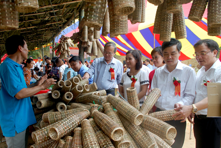 Các đại biểu tham quan gian trưng bày sản phẩm rọ tôm.