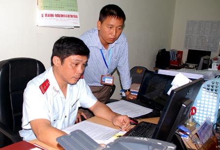 Cán bộ, đảng viên Chi bộ Phòng Thanh tra - Tài chính - Kế hoạch rà soát thực hiện chế độ chính sách cho người có công.