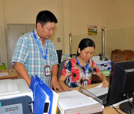 Lãnh đạo Phòng Giao dịch NHCSXH thị xã Nghĩa Lộ rà soát dư nợ cho vay hộ nghèo.