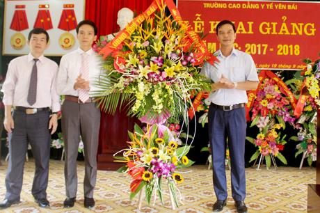 Đồng chí Dương Văn Tiến - Phó Chủ tịch UBND tỉnh tặng hoa chúc mừng Trường Cao đẳng Y tế Yên Bái tại Lễ khai giảng năm học mới.