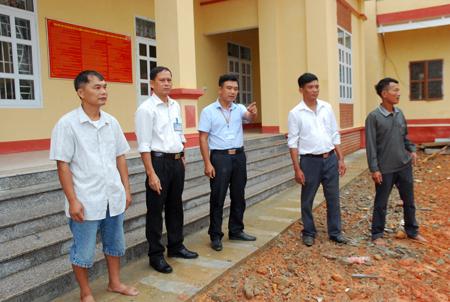 Lãnh đạo xã Hưng Khánh kiểm tra thi công sân nhà văn hóa xã.