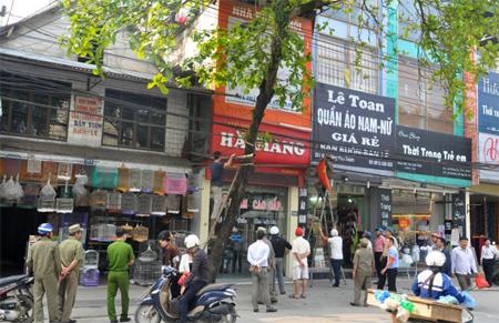 Lực lượng chức năng thành phố Yên Bái ra quân giải phóng hành lang đường bộ.