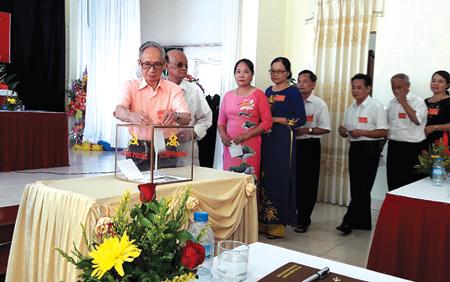 Đảng viên Chi bộ khu dân cư Quang Trung bỏ phiếu bầu Ban Chi ủy khóa mới.
