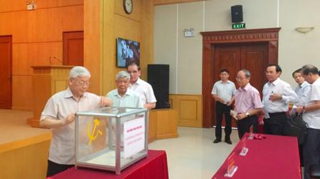 Tổng Bí thư Nguyễn Phú Trọng và các đồng chí nguyên Tổng Bí thư: Lê Khả Phiêu, Nông Ðức Mạnh cùng các đồng chí lãnh đạo, nguyên lãnh đạo Văn phòng Trung ương Đảng ủng hộ đồng bào.