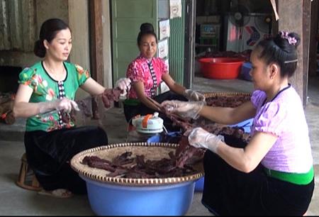 Cơ sở sản xuất thịt sấy Yến Phương chuẩn bị sản phẩm phục vụ du khách.