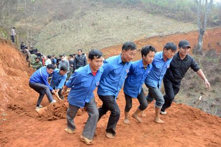 Đoàn viên thanh niên huyện Mù Cang Chải tình nguyện mở đường giao thông nông thôn.