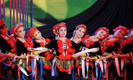Biểu diễn điệu múa dân tộc Dao.