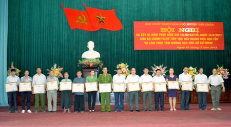 Các tập thể, cá nhân điển hình trong học tập và làm theo Bác được Ban Chấp hành Đảng bộ huyện Văn Chấn khen thưởng.