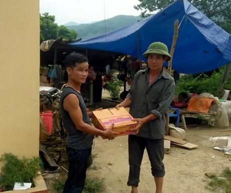 Ông Ngô Văn Minh mua mỳ tôm cứu trợ khẩn cấp bà con bị lũ cuốn trôi hết nhà cửa, tài sản trong cơn bão số 3 vừa qua.