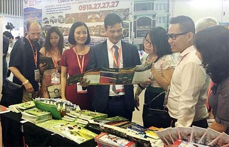 Đồng chí Dương Văn Tiến – Phó Chủ tịch UBND tỉnh Yên Bái giới thiệu với khách tham quan về các sản phẩm du lịch tại gian hàng giới thiệu các sản phẩm du lịch 8 tỉnh Tây Bắc mở rộng.