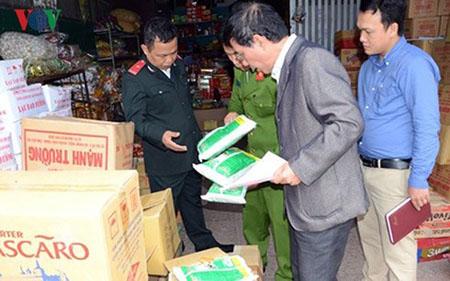 Lực lượng chức năng kiểm tra một cơ sở sản xuất kinh doanh tại TP Vinh.