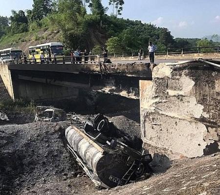 Xe bồn bốc cháy dưới cầu Ngòi Thủ khiến công trình giao thông bị hư hỏng nặng