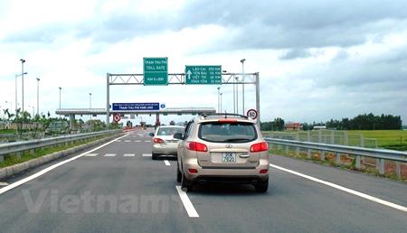 Phương tiện lưu thông trên tuyến đường cao tốc Nội Bài-Lào Cai.