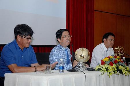 Ban tổ chức cùng đại diện LĐBĐ Việt Nam trong phần trao đổi thông tin  tại buổi họp báo.