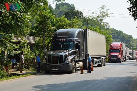 Thanh tra Giao thông Yên Bái kiểm tra tải trọng xe qua địa bàn.