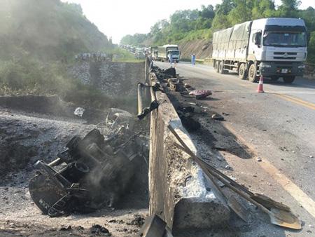 Vụ tai nạn giao thông xảy ra hôm 5/9 ảnh hưởng nghiêm trọng đến kết cấu cầu Ngòi Thủ. Toàn bộ dầm bê tông cốt thép dự ứng lực của cầu không còn khả năng chịu lực do bê tông đã bị mất ứng suất, mất cường độ nên không thể khắc phục tạm để sử dụng được.