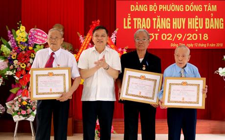 Đồng chí Dương Văn Thống - Phó Bí thư Thường trực Tỉnh ủy trao Huy hiệu 70 năm tuổi Đảng cho 3 đảng viên Đảng bộ phường Đồng Tâm.