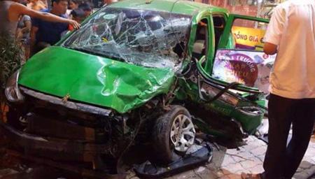 Xe taxi bị hư hỏng rất nặng.