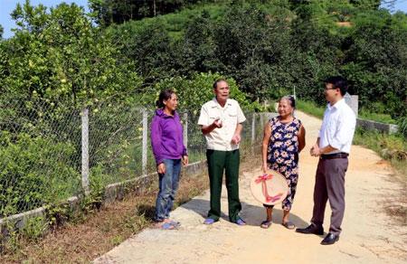 Tận tâm với nhiệm vụ được giao, ông Vũ Xuân Thủy - Bí thư Chi bộ thôn Làng Cần (thứ 2, bên trái) luôn được cán bộ, đảng viên và người dân tin yêu.