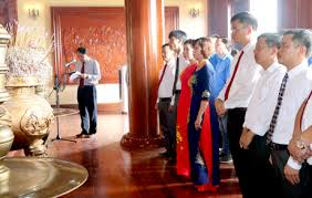 Đông đảo du khách tới thăm viếng Khu tưởng niệm Chủ tịch Hồ Chí Minh.