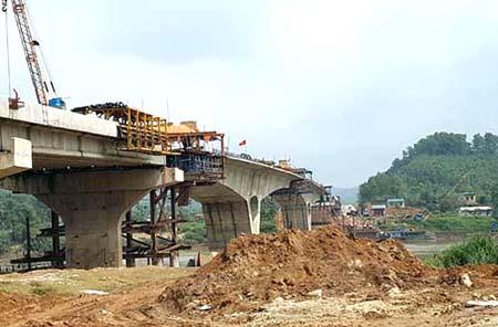 Cầu Tuần Quán - một trong những công trình trọng điểm của tỉnh Yên Bái.