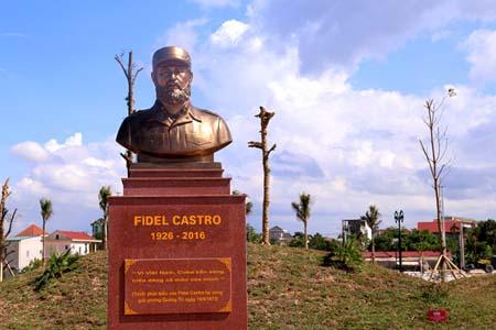 Tượng đài Chủ tịch Fidel đặt giữa công viên sắp được khánh thành.