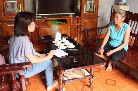 Bà Nguyễn Thị Vân chia sẻ khó khăn khi đi chữa bệnh cho cháu Đinh Trọng Vinh.