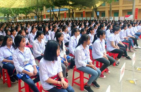 Học sinh Trường THPT thị xã Nghĩa Lộ trong buổi lễ khai giảng năm học mới.