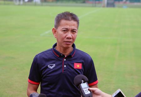 HLV Hoàng Anh Tuấn trả lời phỏng vấn trước ngày lên đường sang Qatar.