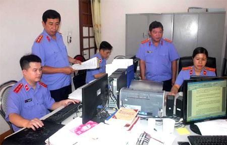 Lãnh đạo VKSND huyện Yên Bình trao đổi nghiệp vụ với kiểm sát viên về giải quyết các vụ án hình sự.
