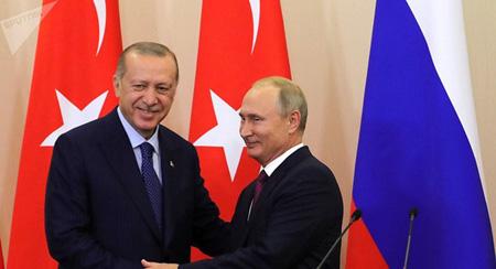 Tổng thống Nga Vladimir Putin (phải) và người đồng cấp Thổ Nhĩ Kỳ Erdogan.