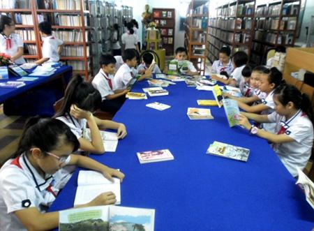 Các em học sinh đọc sách tại Thư viện tỉnh Vĩnh Long.