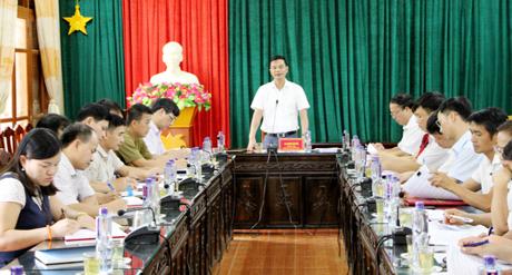 Đồng chí Phó Chủ tịch UBND tỉnh Dương Văn Tiến phát biểu tại buổi làm việc với huyện Mù Cang Chải về công tác chuẩn bị Lễ hội khám phá Danh thắng Quốc gia Ruộng bậc thang Mù Cang Chải.