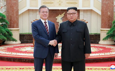 Tổng thống Hàn Quốc Moon Jae-in (trái) bắt tay Nhà lãnh đạo Triều Tiên Kim Jong-un tại trụ sở Đảng Lao động Triều Tiên. Ảnh do KCNA công bố vào ngày 19/9.