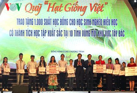 Ông Thuận Hữu, Ủy viên Trung ương Đảng, Tổng Biên tập Báo Nhân Dân, Phó trưởng Ban Tuyên giáo Trung ương, Chủ tịch Hội Nhà báo Việt Nam trao học bổng cho các em học sinh.