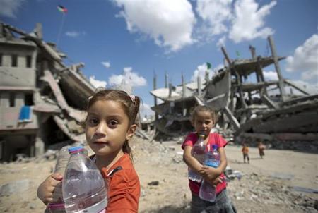 Trẻ em Palestine trữ nước sinh hoạt tại khu vực lân cận Dải Gaza Shejaiya.