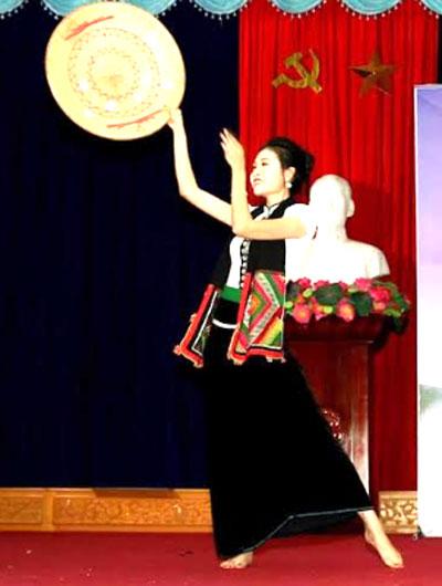 """Điêu Thị Huyền Linh thể hiện điệu múa dân gian Thái trong vòng chung khảo cuộc thi """"Người đẹp Mường Lò"""" năm 2018."""