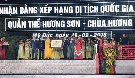 Phó Thủ tướng Chính phủ Vũ Đức Đam trao Bằng xếp hạng di tích Quốc gia đặc biệt cho quần thể Hương Sơn - chùa Hương.