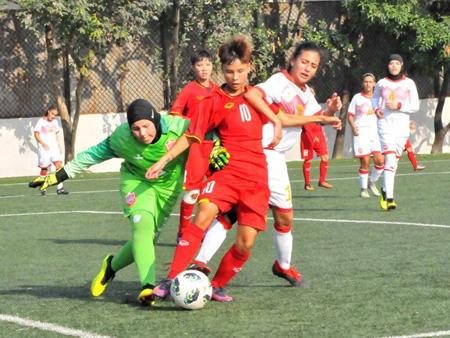 U16 nữ Việt Nam (áo đỏ) có chiến thắng đậm trước U16 Bahrain.