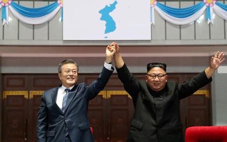 Tổng thống Hàn Quốc Moon Jae-in (trái) và Lãnh đạo Triều Tiên Kim Jong-un tại Bình Nhưỡng, Triều Tiên hôm 19/9.