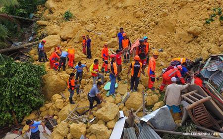 Lực lượng cứu hộ gấp rút tìm kiếm các nạn nhân vụ lở đất.